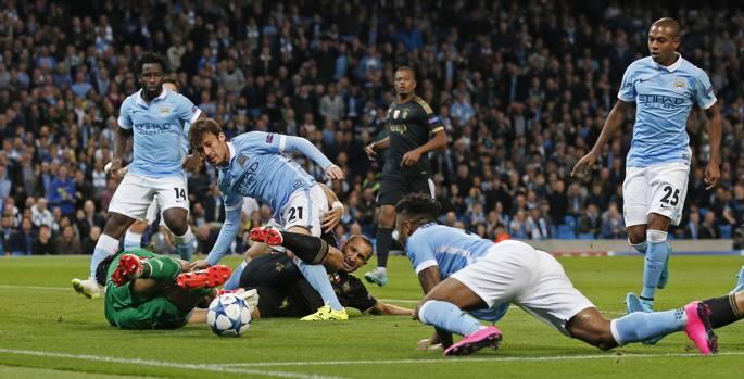 Il grande salvataggio di Buffon e Chiellini su Sterling e Fernandinho in avvio. Reuters