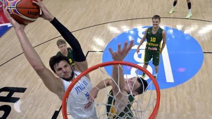 Alessandro Gentile nella partita contro la Lituania che ha sancito la fine della nostra corsa all'Europeo. Reuters