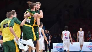 Festeggiamenti della Lituania dopo la vittoria in semifinale contro la Serbia. Afp Photo
