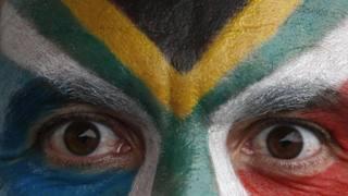 Gli occhi sulla Coppa del Mondo, e altre foto del giorno