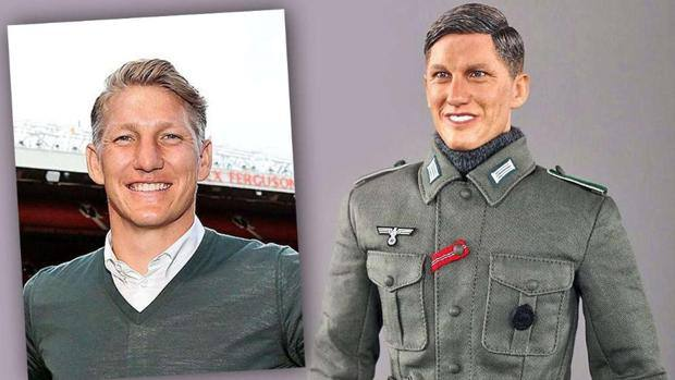Bastian Schweinsteiger e il suo omologo giocattolo (www.gazzetta.it)