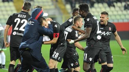 L'esultanza del Bologna dopo il gol di Gastaldello per il momentaneo 1-1. Ansa