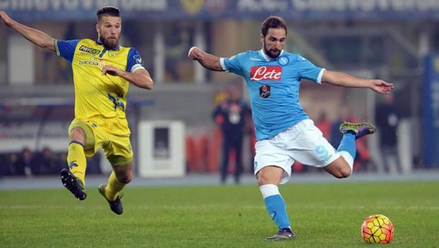 Il mancino di Higuain che vale i 3 punti del Napoli. Ansa