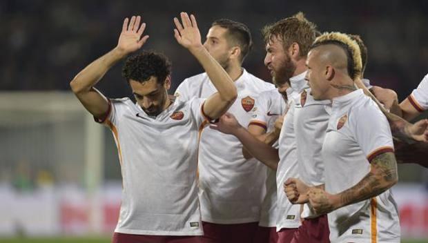 I compagni festeggiano il gol del vantaggio, Salah, a testa bassa, non vuole esultare. Getty Images