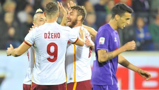 L'esultanza dei giocatori della Roma, primi in classifica dopo la vittoria di Firenze. Ansa