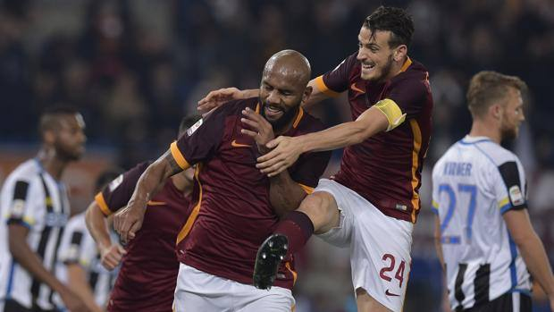 Florenzi festeggia Maicon dopo il gol del 2-0. LaPresse