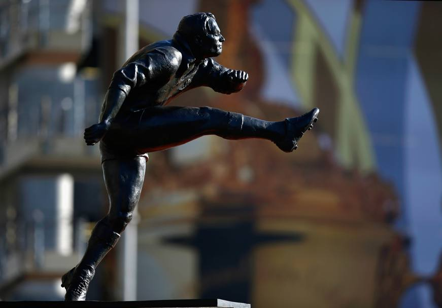 Una delle statue all'esterno dello stadio (Getty Images)