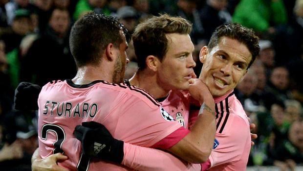 Stephan Lichtsteiner abbracciato da Sturaro ed Hernanes. Getty
