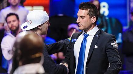 Federico Butteroni saluta gli avversario dopo l'eliminazione. WWW.WSOP.COM