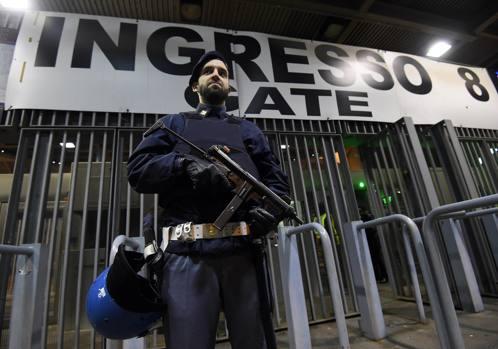 Forze di Polizia al di fuori dello Stadio. Ansa