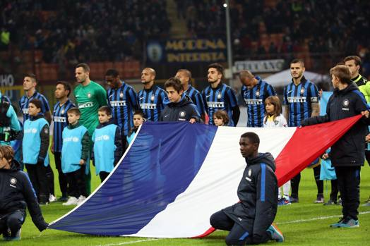 La bandiera francese sventola a San Siro. Ansa