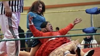 Colpi proibiti sul ring e altre immagini del giorno