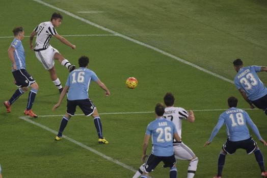 Aggancio, un'occhiata in mezzo e cross teso che Gentiletti devia in rete: quanto Dybala nell'1-0 della Juve. Lapresse