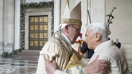 L'abbraccio tra Francesco e Benedetto XVI. Lapresse