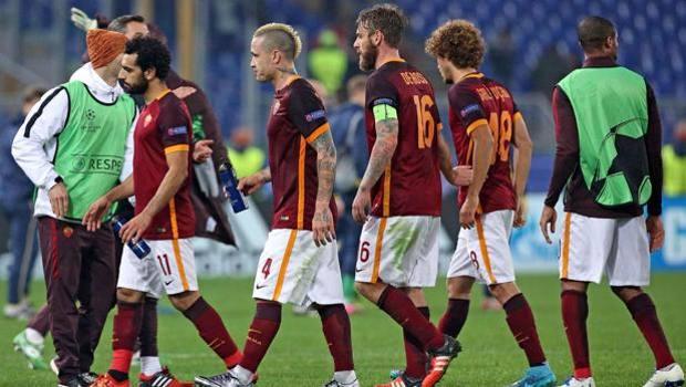 I giocatori della Roma escono dal campo a testa bassa, dopo la qualificazione. Ansa