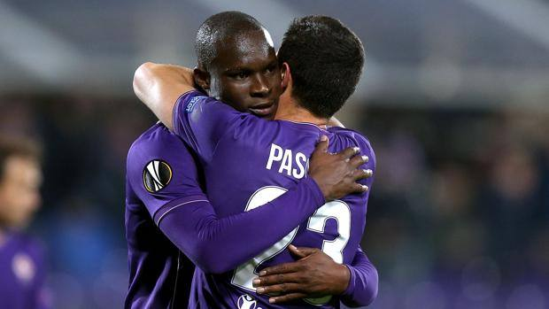 Khouma Babacar, 23 anni, man of the match stasera al Franchi, nell'abbraccio a Mauel Pasqual, 33 anni. Getty