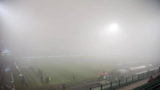 Il Mapei Stadium di Reggio Emilia avvolto dalla nebbia, poco prima della gara. Ansa