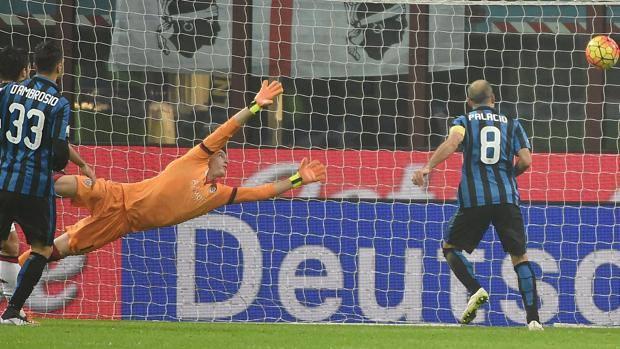 Il gol dell'1-0 di Palacio, alla prima rete stagionale. Ansa