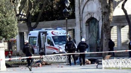 Istanbul, a terra i corpi delle vittime in seguito all'attentato di un kamikaze