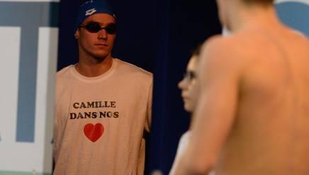 Un nuotatore frances e con una medaglia che inneggia a Camille Muffat. Afp