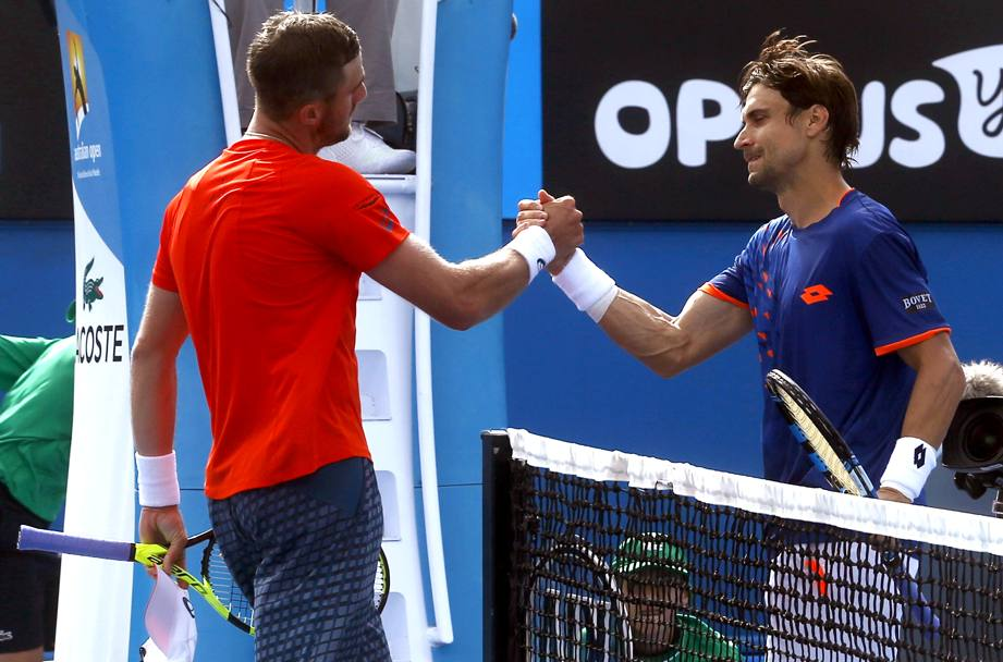 David Ferrer stringe la mano a Steve Johnson (Ap)