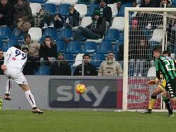 Sergio Floccari, 34 anni, segna cos� la rete al Sassuolo nel quale giocava fino pochi giorni prima. Ansa