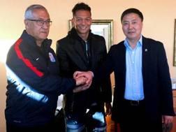 Fredy Guarin tra il tecnico e un dirigente dello Shanghai Shenhua. Twitter