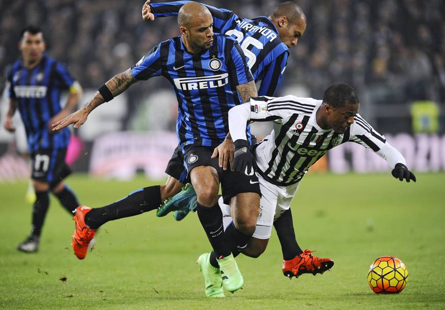 Felipe Melo e Miranda in tackle su Evra. Reuters