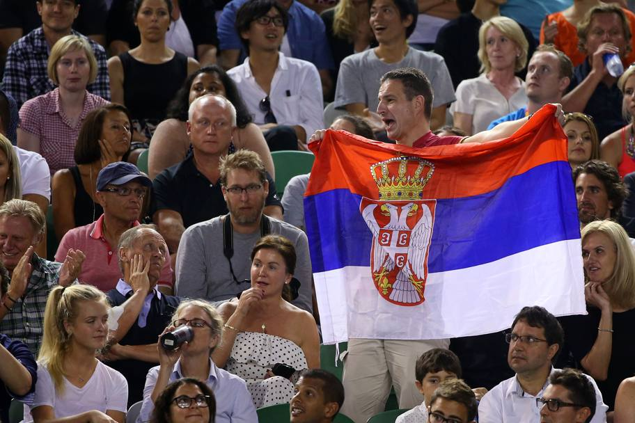 Un supporter di Djokovic mostra la bandiera serba (Getty Images)