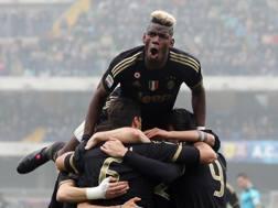 I giocatori della Juventus festeggiano il successo contro il Chievo: � la 12� vittoria consecutiva. Ansa