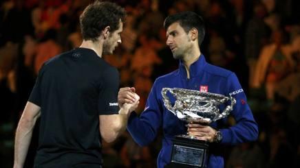 Djokovic e Murray in premiazione a Melbourne. Reuters