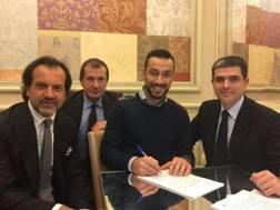 Fabio Quagliarella al momento della firma del contratto con la Sampdoria