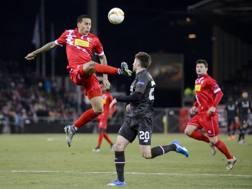 Leo Lacroix salta su Lallana in Europa League, durante Sion-Liverpool. Afp