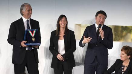 Il presidente del Coni Malag� e Flavia Pennetta con il premier Matteo Renzi alla consegna dei Collari d'Oro