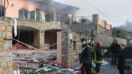 Vigili del fuoco lavorano sul luogo dell'esplosione che ha causato il crollo parziale  di Villa della Rosa. Ansa