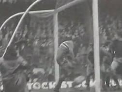 Lippi respinge sulla linea la conclusione di Agroppi: era gol, l'arbitro non vide, e il Torino perse lo scudetto