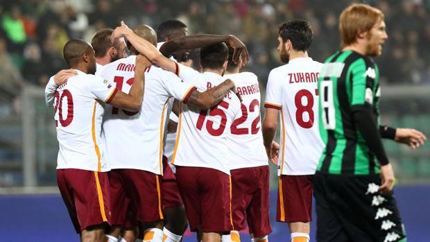 L'esultanza dei giocatori della Roma dopo l'1-0 di Salah. Ansa