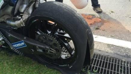 La gomma squarciata sulla Ducati di Baz: fortunatamente illeso. Milagro