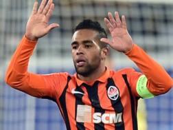 Alex Teixeira esulta con la maglia dello Shakhtar.  Afp
