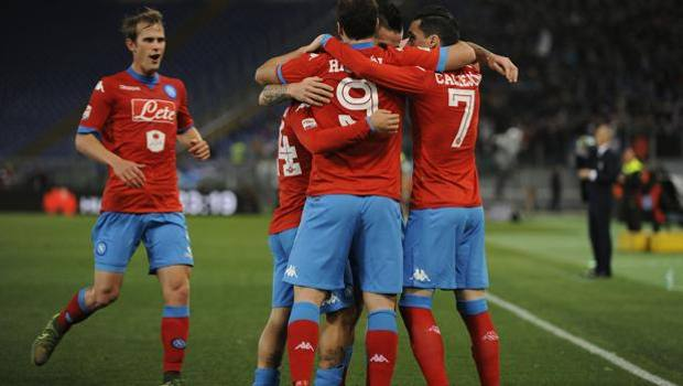 Napoli esulta per la vittoria contro la Lazio all'Olimpico.