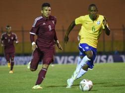 Andres Ponce con la maglia del Venezuela al Sudamericano Under 20, contro il Brasile. Epa