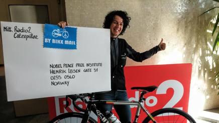 Paola Gianotti consegna la sottoscrizione di Bike the Nobel