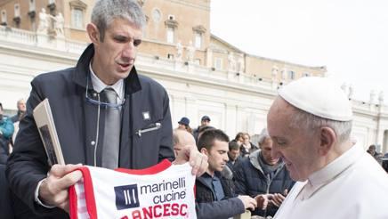 Una maglia di Pesaro per Papa Francesco. Osservatore Romano