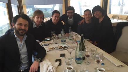 Gianluca Lapadula, 26 anni, a pranzo con i dirigenti peruviani e la mamma Bianca.
