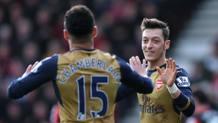 Oxlade-Chamberlain e Ozil esultano: in 2' hanno steso il Bournemouth. Reuters