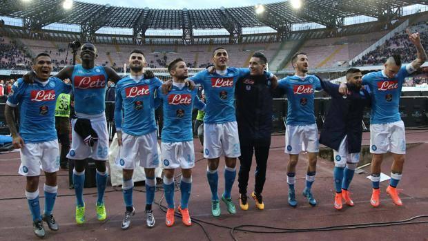 I giocatori del Napoli festeggiano la vittoria col Carpi a fine partita. Ansa