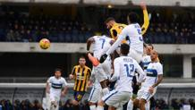Eros Pisano, 28 anni, stacca tra tre giocatori dell'Inter e realizza il gol del momentaneo 2-1 per il Verona. Ansa