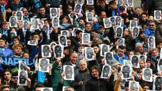 Al San Paolo i tifosi del Napoli con la maschera di Koulibaly