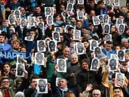 I tifosi del Napoli indossano la maschera di Koulibaly. Afp
