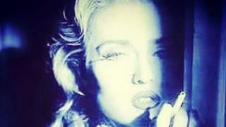 Madonna si sbaglia e posta la foto di Paola Barale! Ironica la risposta: spunta Evita Peron...